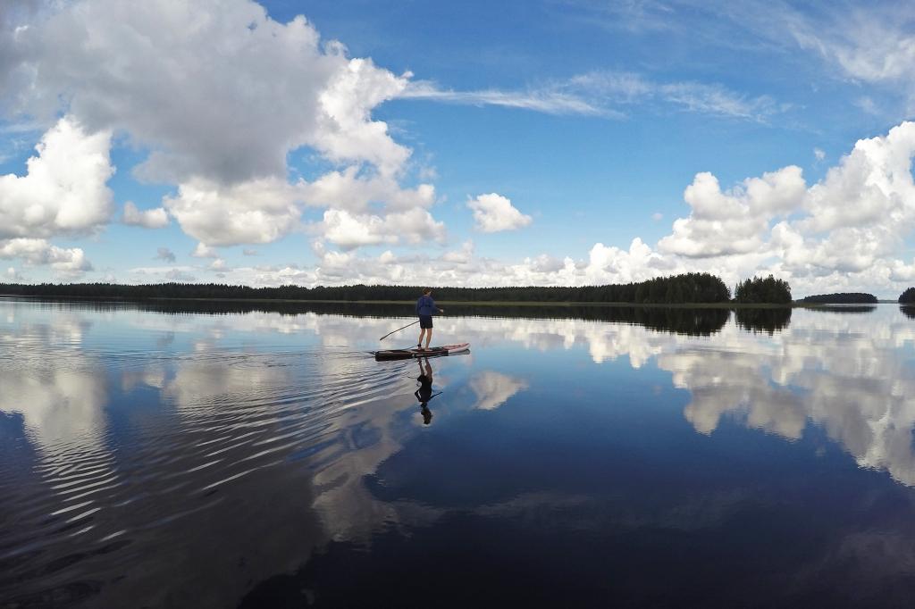 Suppausta tyynellä järvellä