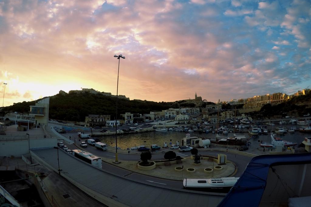 Auringonlasku Gozon satamassa