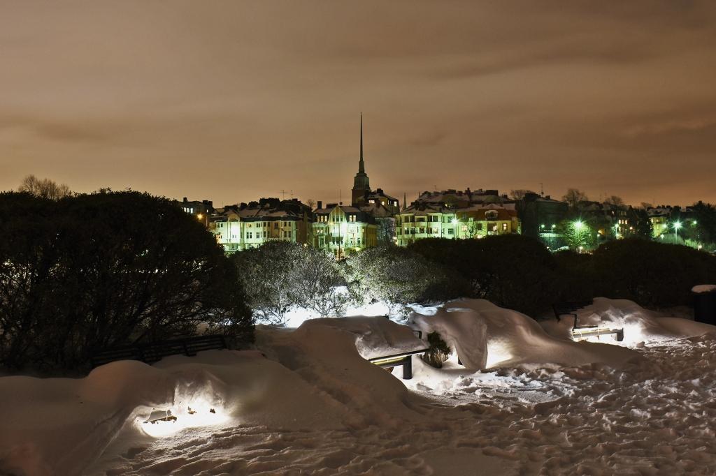 Kaupungin valot Eiran puistosta