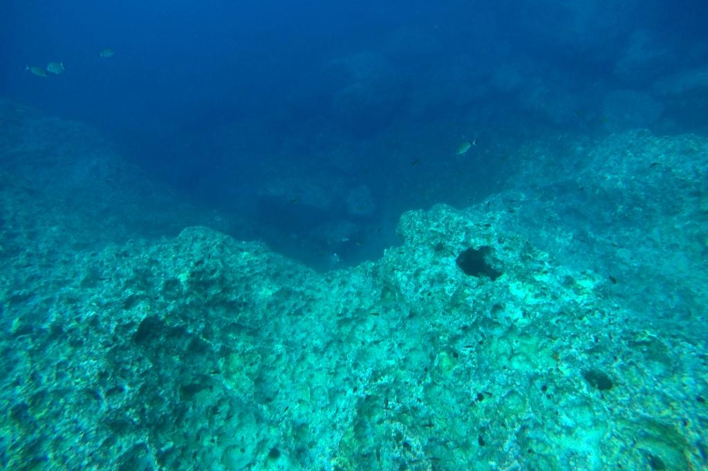 Jyrkkiä vedenalaisia kalliota