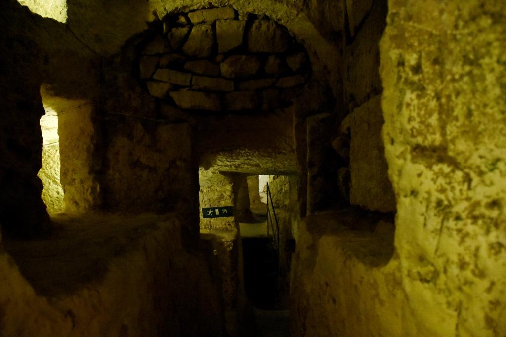 Kapeita ja ahtaita katakombeja