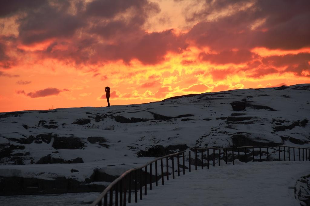 Auringonlasku Liuskasaaren kallioilla