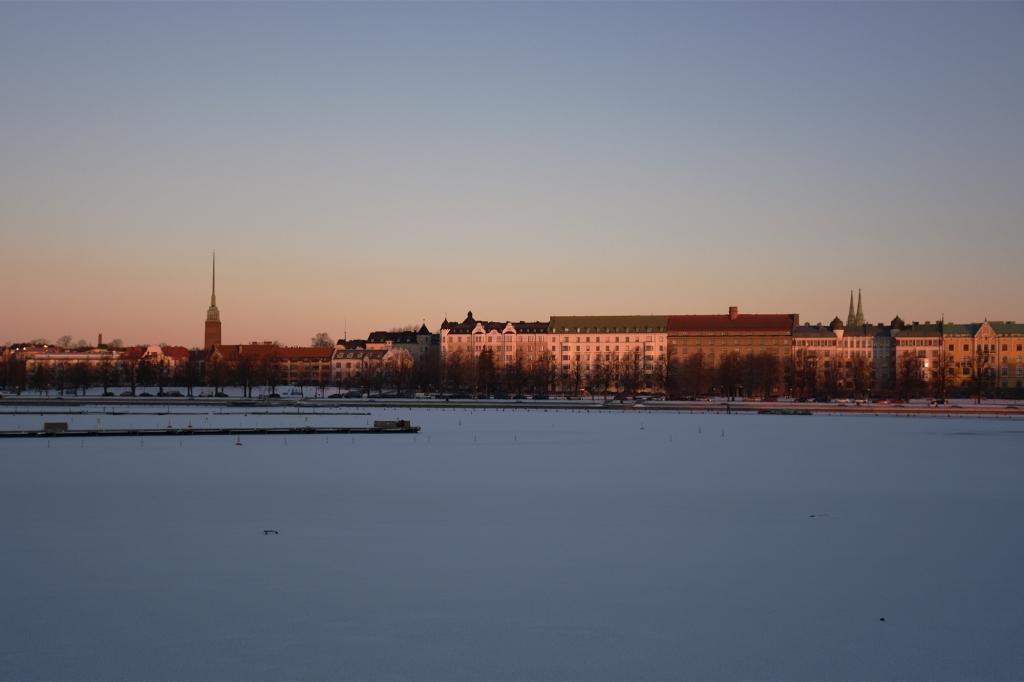 Merikatu ja Helsingin silhuetti Uunisaaresta
