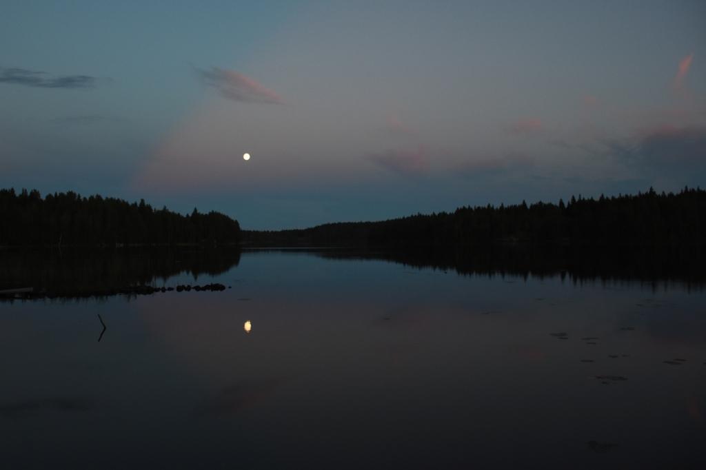 Kuu järven yllä