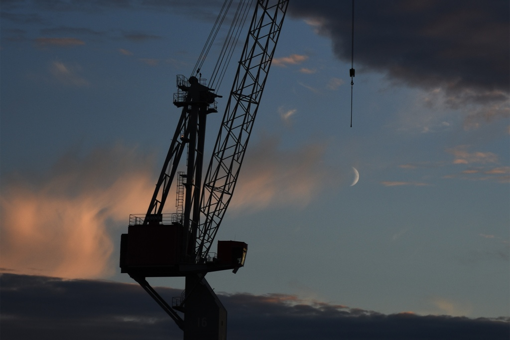 Kuun sirppi ja nosturi
