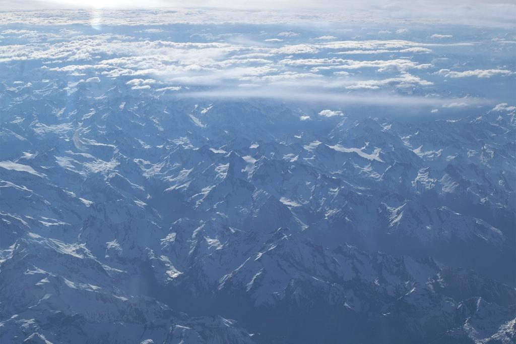 Alpit lentokoneen ikkunasta