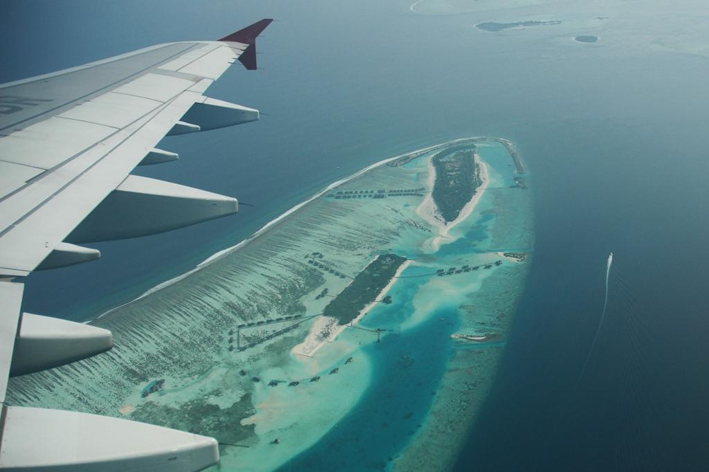 Lento Malediivien atollien yllä