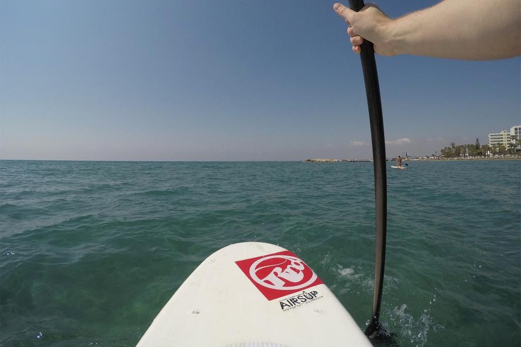 Suppailua Kyproksen kirkkaissa vesissä