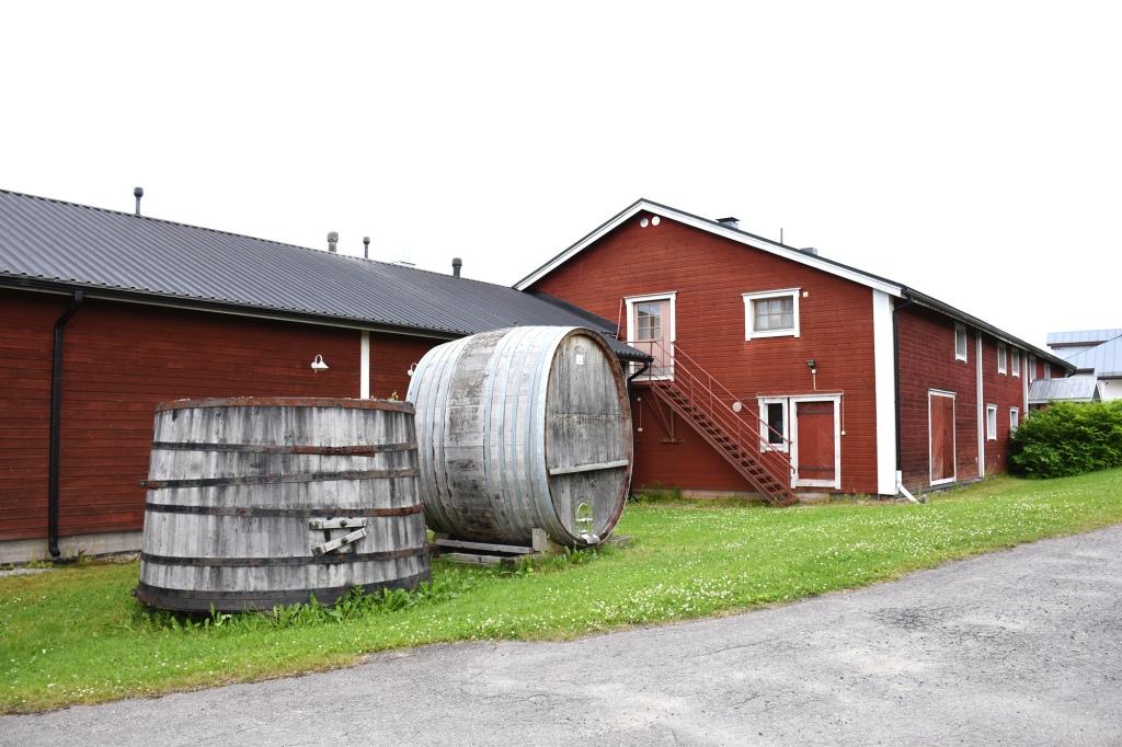 Punainen vierasmaja ja viinitupa