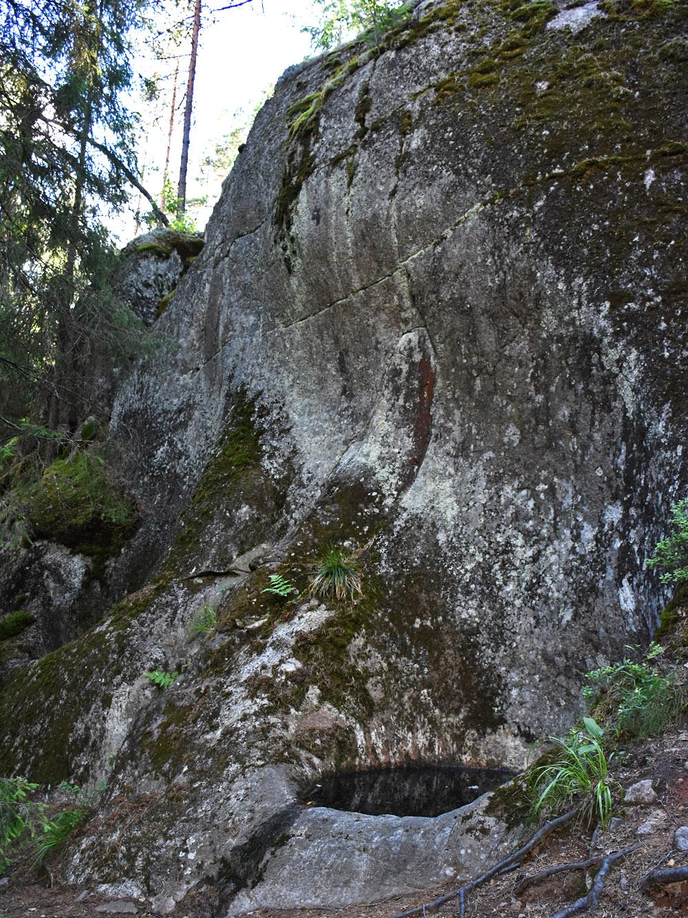 Sipoonkorven hiidenkirnu kalliolla