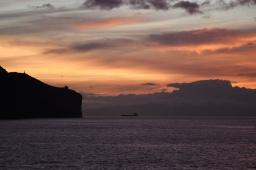 Auringonnousun aikaan Funchalin aallonmurtajalla