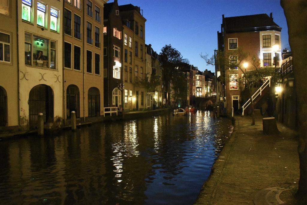 Utrechtin Oudegracht iltavalaistuksessa