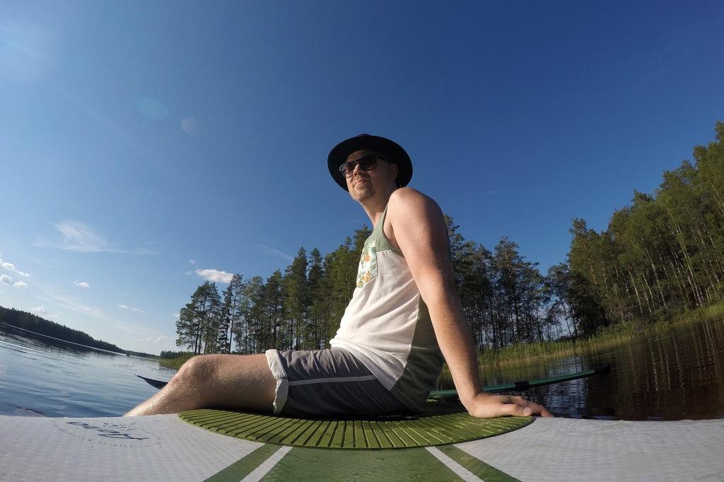 Antti rentoutuu SUP-laudalla