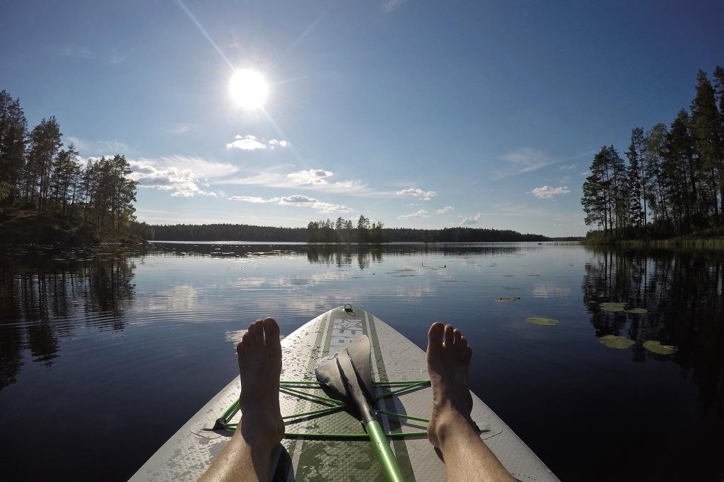 Makoilua auringossa tyynellä järvellä