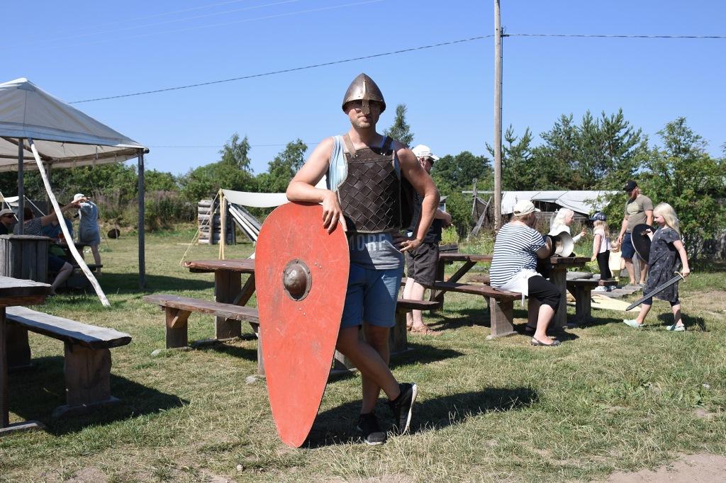 Antti viikinkivarusteissa Rosalassa