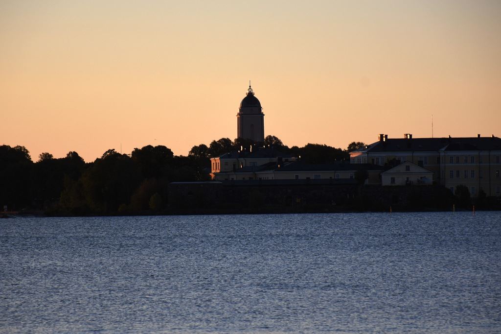Suomenlinnan kirkko aamuauringossa
