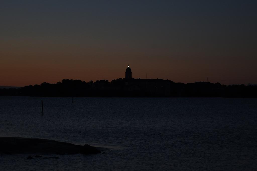 Suomenlinnan silhuetti ennen auringonnousua