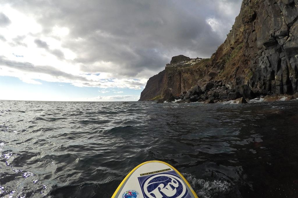 Raju aallokko suppaillessa Madeiralla