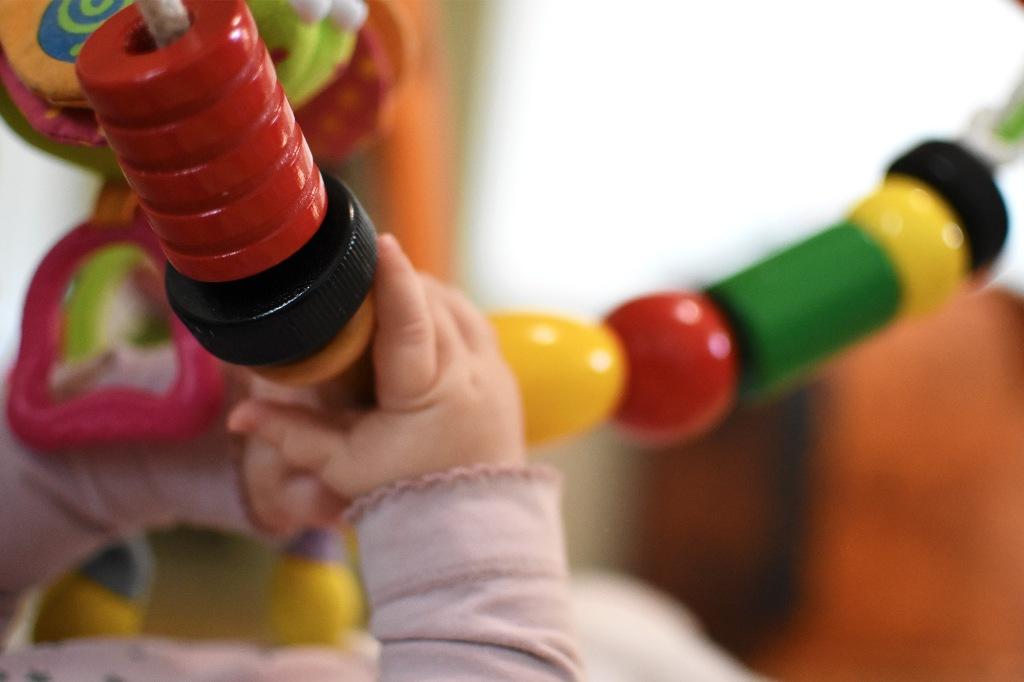 Leikkimatto ja pienet kädet