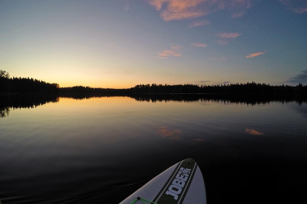 Tyyni järvi juhannusyönä