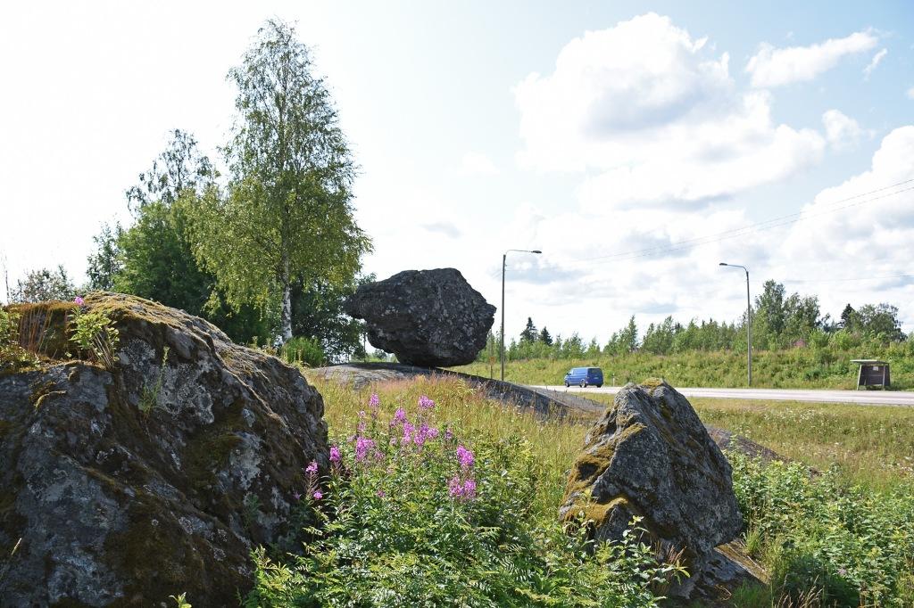 Liikkuva kivi parkkipaikalta kuvattuna
