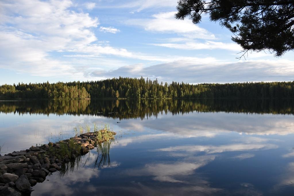 Tyyni mökkijärvi iltavalossa
