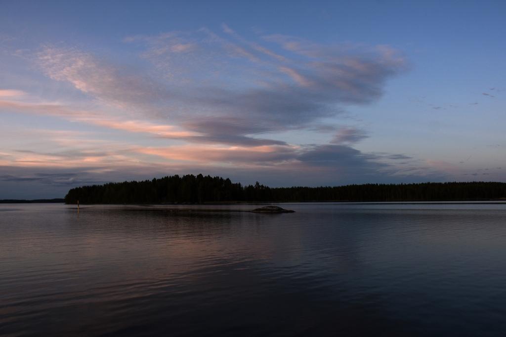 Auringonlaskun pilvet Saimaalla