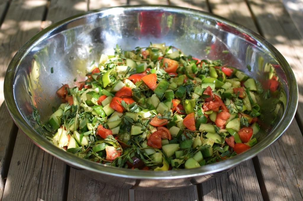 Kreikkalainen salaatti valmiina syötäväksi