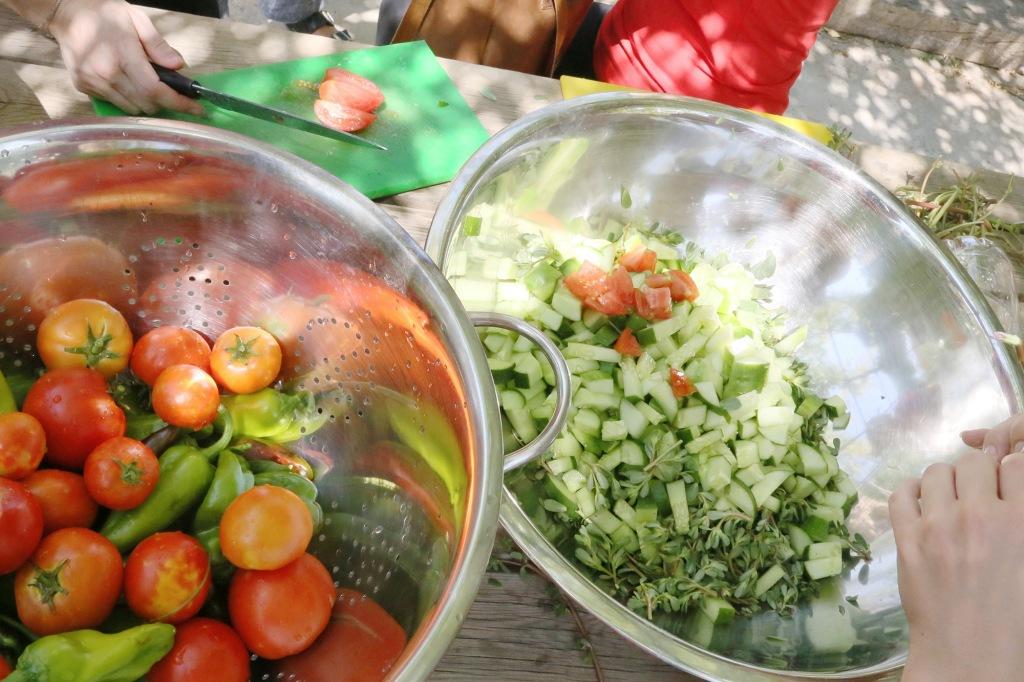 Salaattitiimi hommissa