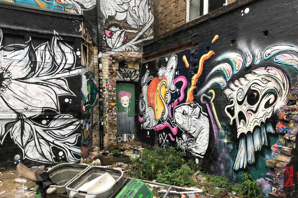 Maalauksia Brick Lanen varrella olevalla kujalla