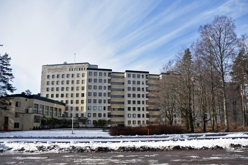 Tiurun sairaalan julkisivu ja sisäänkäynti