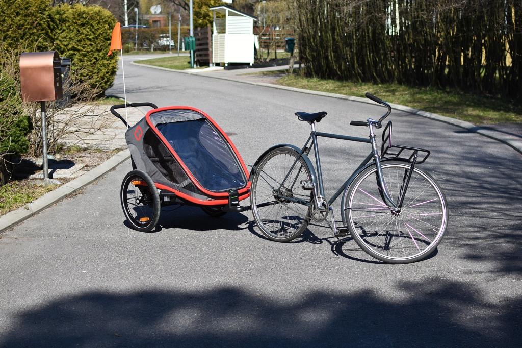 Hamax Outback -pyöräkärry kiinnitettynä polkupyörään