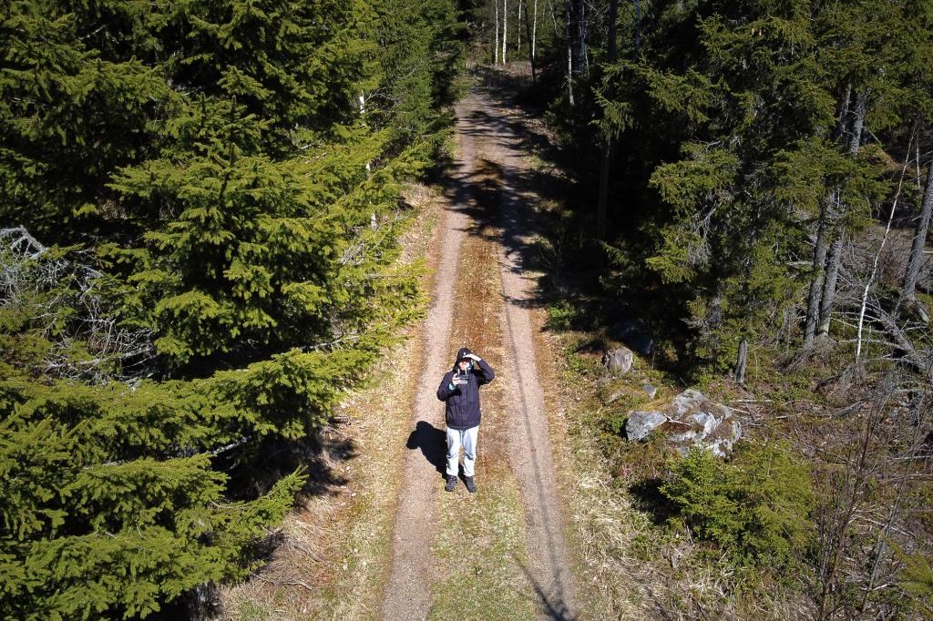 Drone-selfie metsätiellä