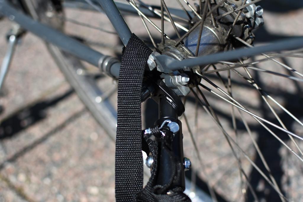 Hamax Outback -pyöräkärryn aisan kiinnitys