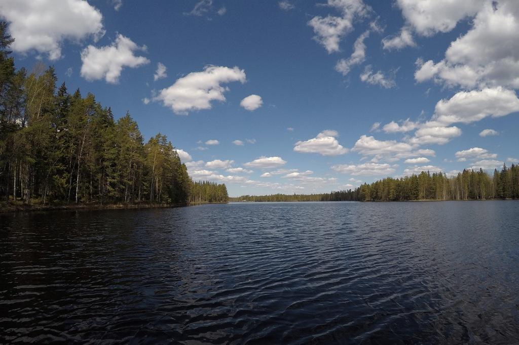 Toukokuinen mökkijärvi SUP-laudalta kuvattuna