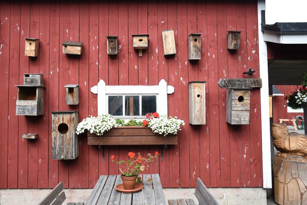 Erilaisia linnunpönttöjä seinällä