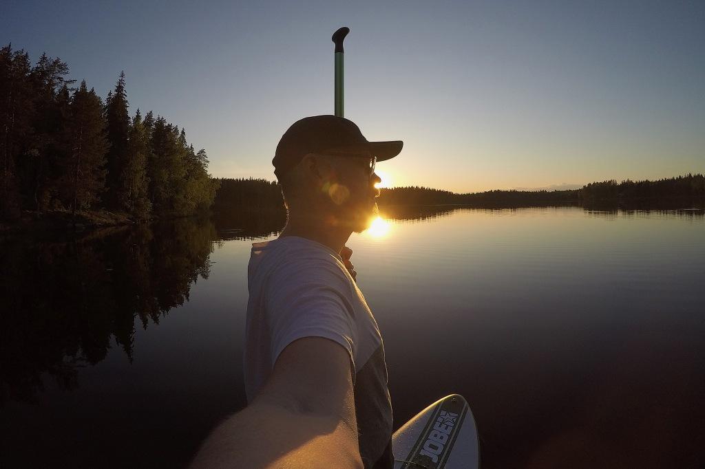 Auringonlasku tyynellä järvellä kesäkuussa 2020