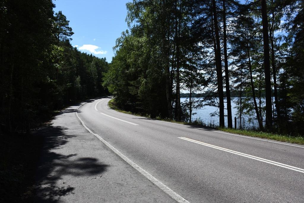 Pulkkilanharjun autotie ja sen vieressä kulkeva kävelytie