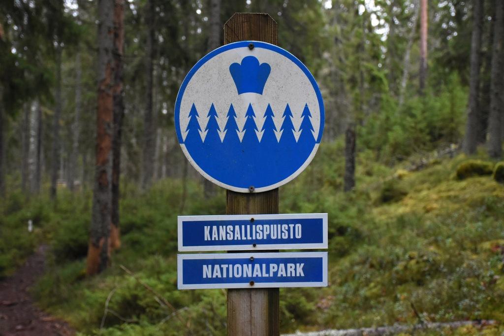 Nuuksion kansallispuiston rajakyltti Kaarniaispolulla