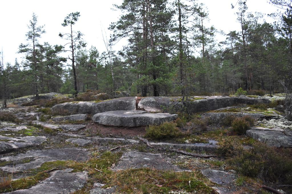Kaarniaispolun kalliomaisemaa