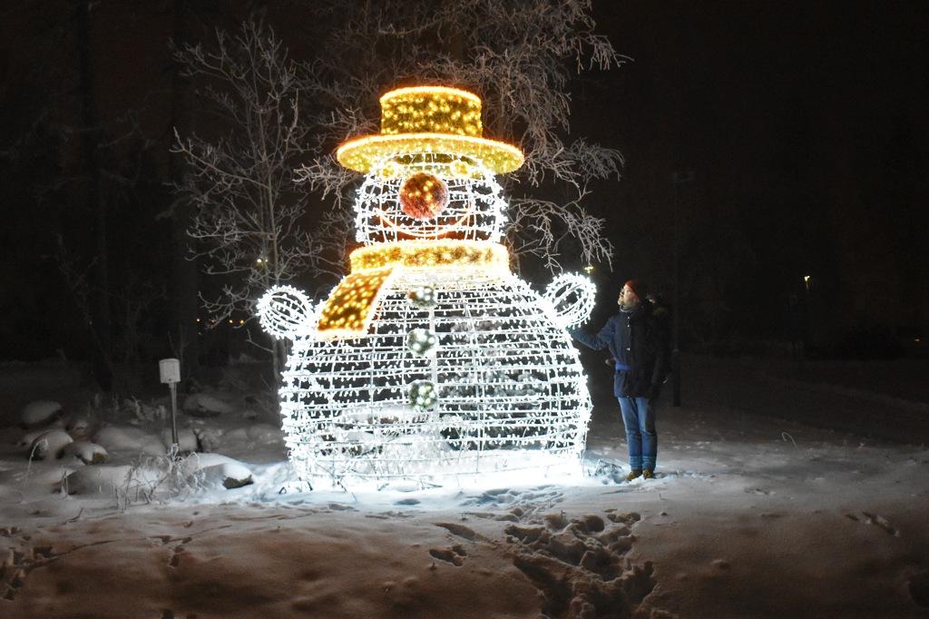 Lumiukko Nova Skyland Hotelin pihalla