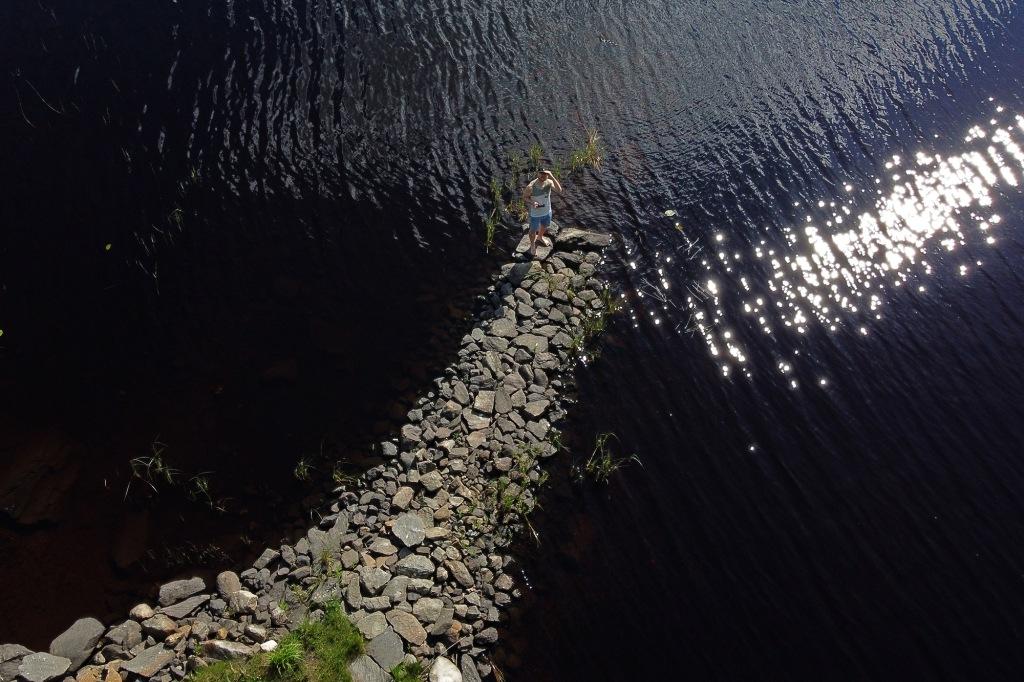 Dronekokeilu mökin kivilaiturilla