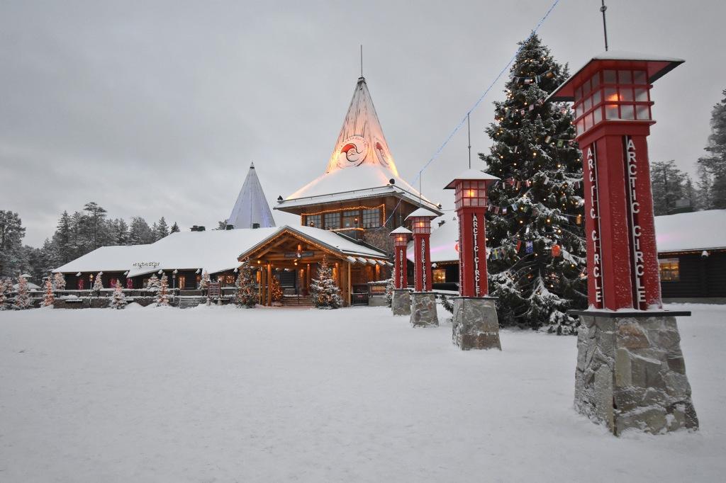 Joulupukin Pajakylä ja napapiirin raja