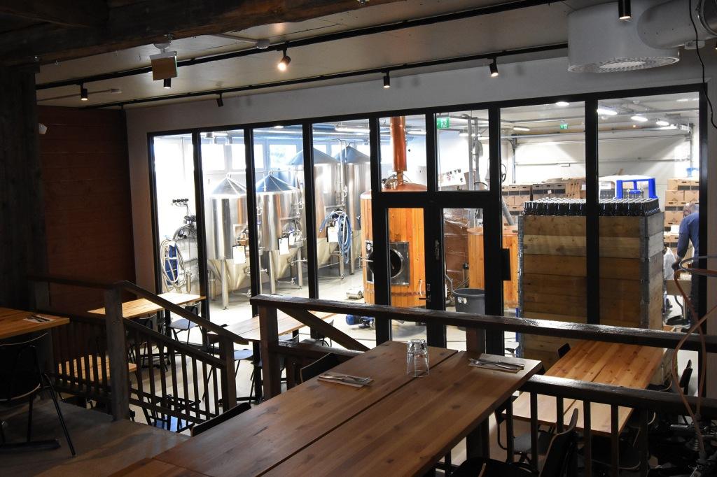 Haapala BnB:n ravintola ja panimo ikkunan takaa