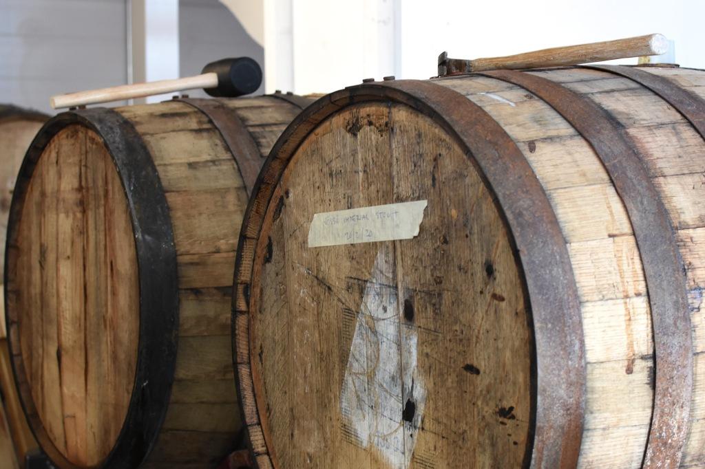 Olutta kypsymässä Salama Brewingin tynnyreissä