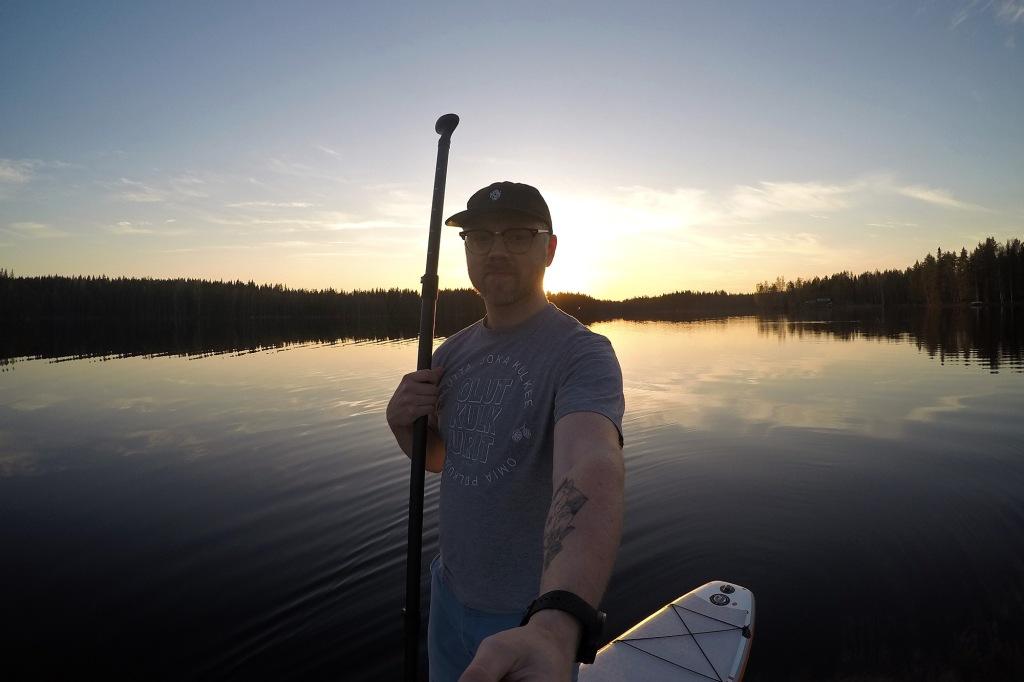 SUP-selfie toukokuisessa ilta-auringossa