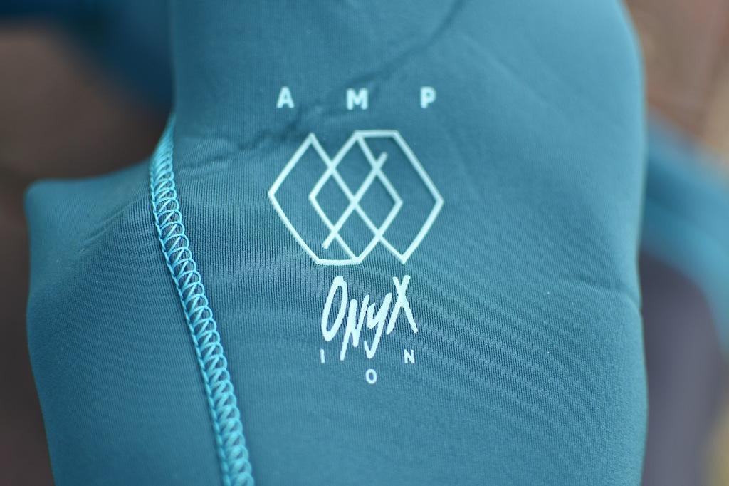 ION Onyx Amp Steamer -märkäpuvun hihan logot