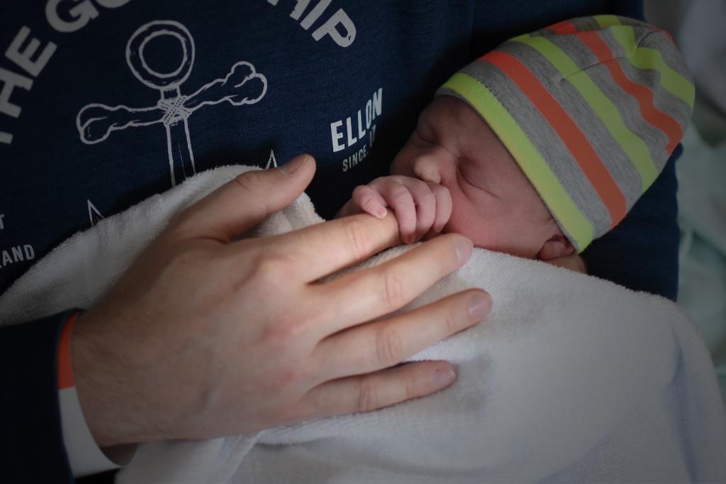 Isä ja tytär syntymän jälkeen