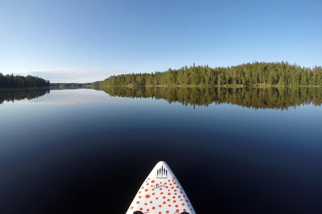 Aamusuppailu peilityynellä järvellä