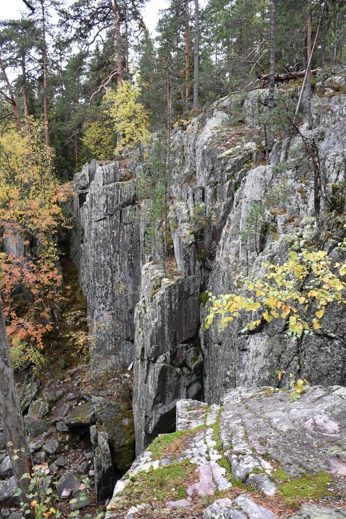 Pirunpesän jyrkkiä kallioseinämiä